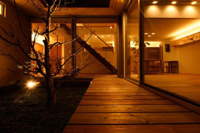 中庭のある家_中庭夜景